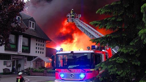 VIDEO: Betriebsgebäude eines Medienunternehmens in <em>Angermund bei Großbrand zerstört