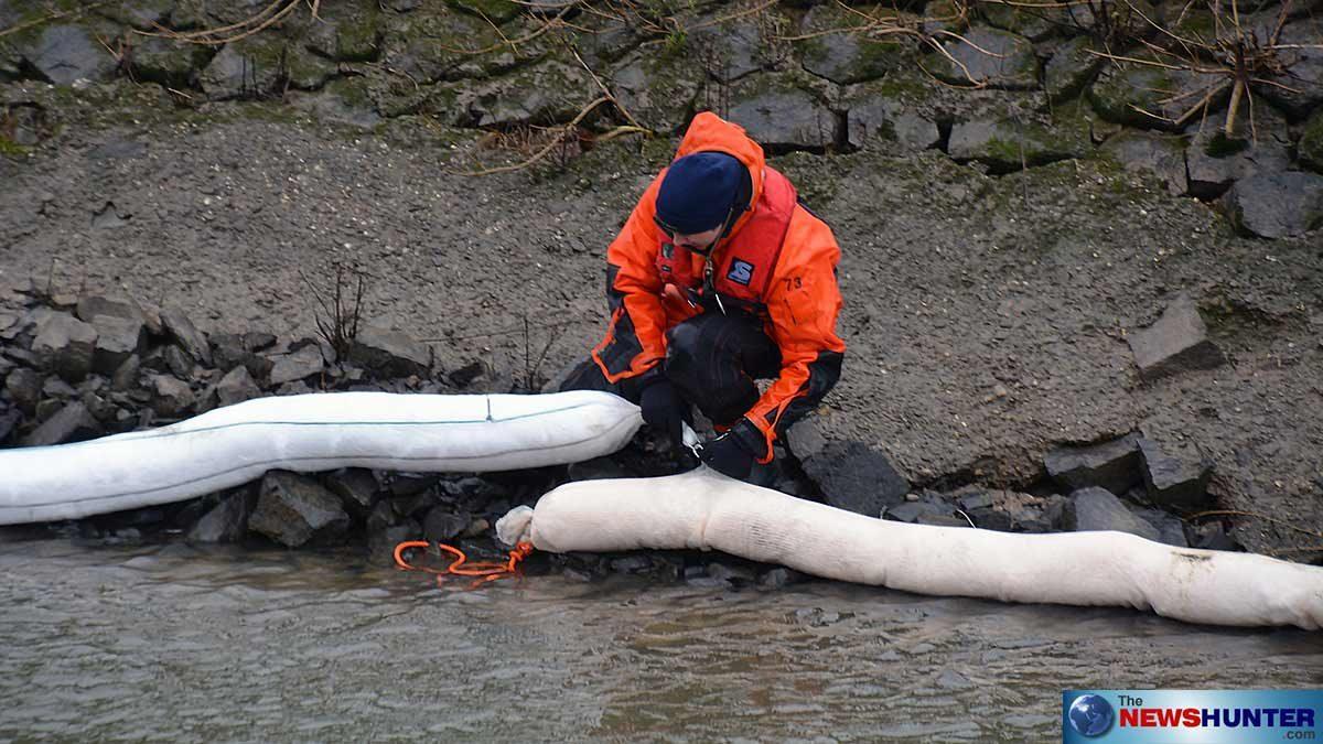 Bei einer Schiffskollision auf dem Rhein in Höhe Dormagen Zons am Montagmorgen (28.01.2018) sind rund 2000 Liter Gasöl ausgelaufen. Die Eindämmung der Verschmutzung im Bereich Düsseldorf läuft auf Hochtouren. Das Umweltamt begleitet den Einsatz.